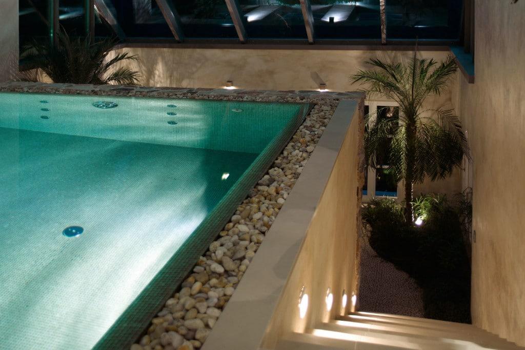 Naturstein und technostein f r schwimmhallen for Pool im boden