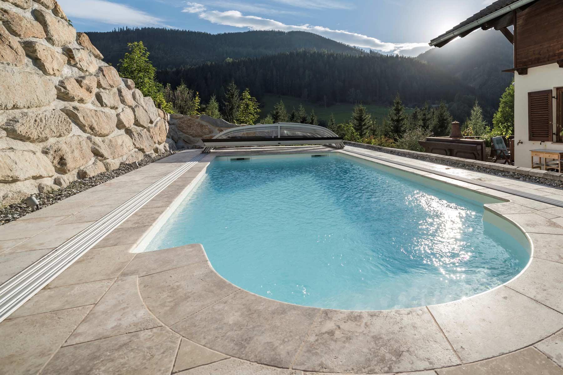 Naturstein Pool auf Terrasse in Luxus Villa