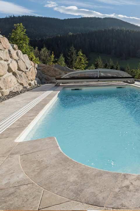 Naturstein Pool auf Terrasse in Luxus Villa mobile
